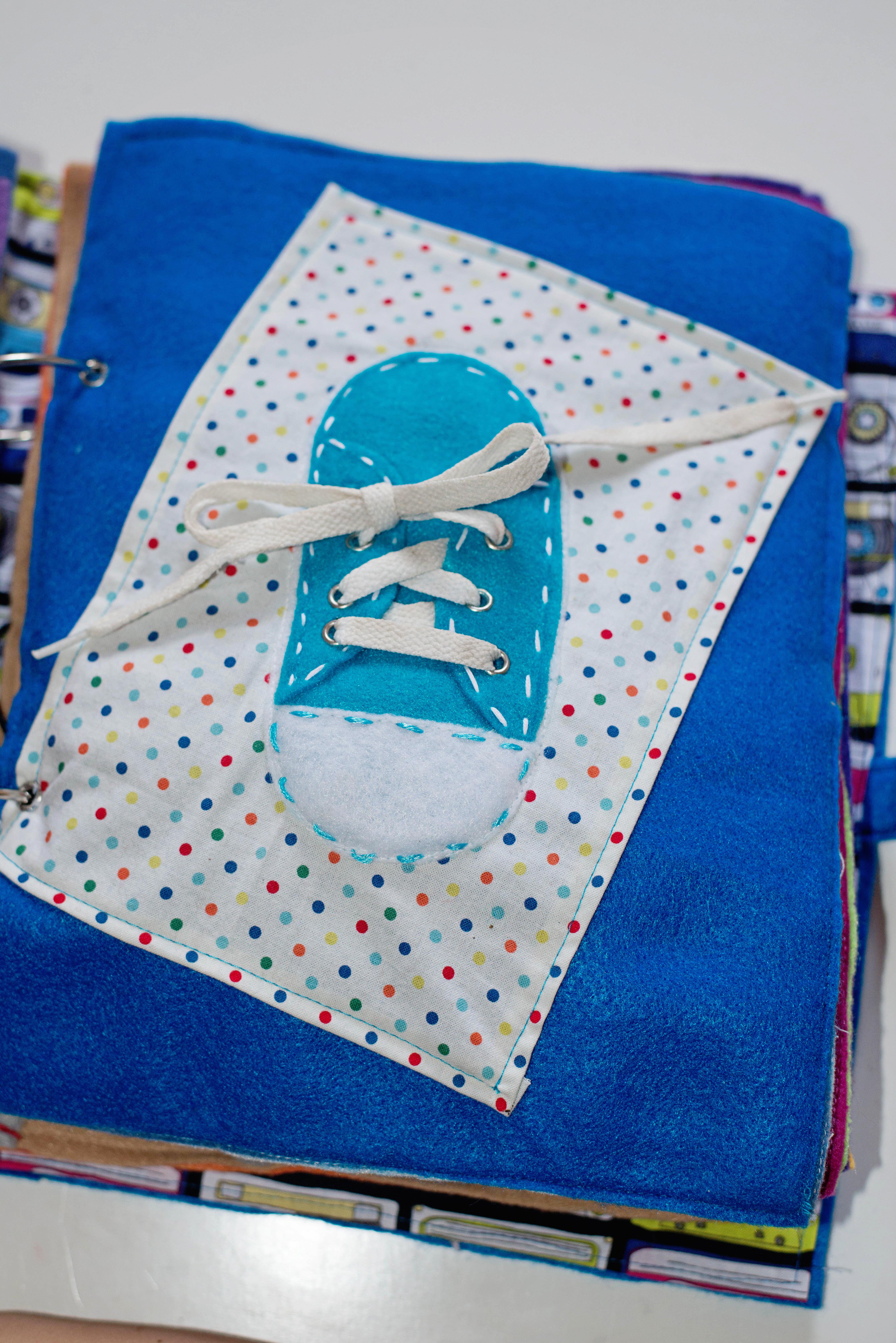 Babes in Deutschland, shoe tying quiet book page