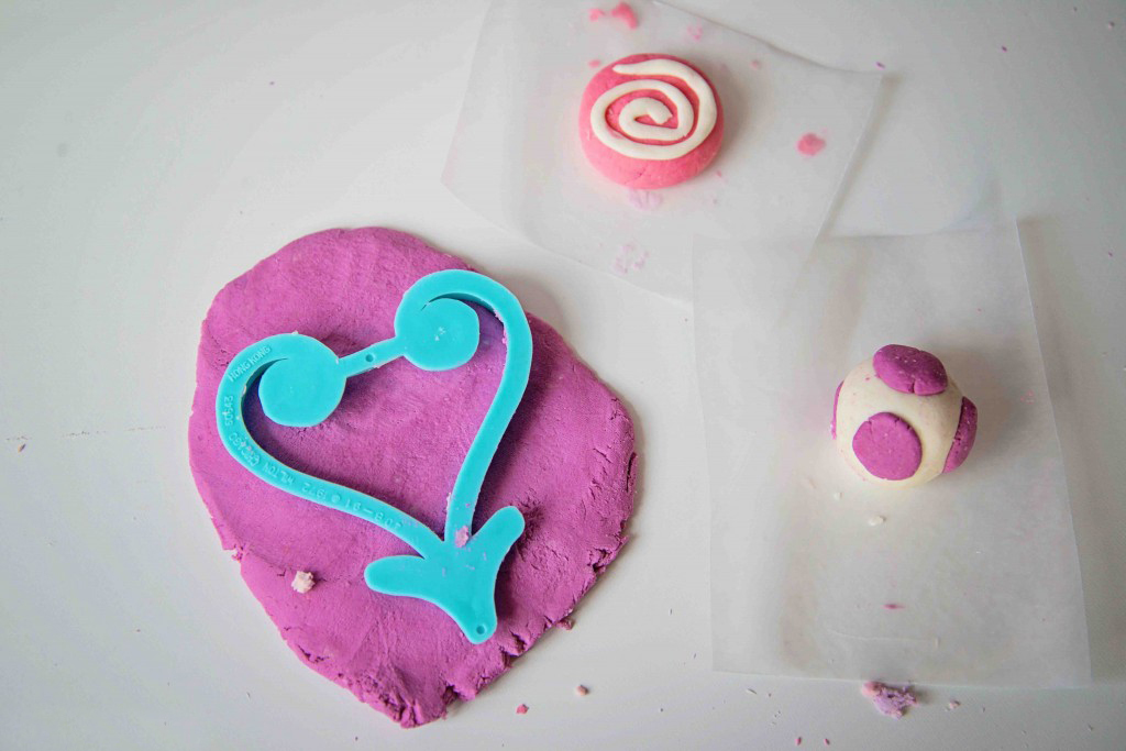 Make up a batch of EDIBLE marshmallow dough and create some pretend candies with your kids! A sensory activity from Life Lesson Plans