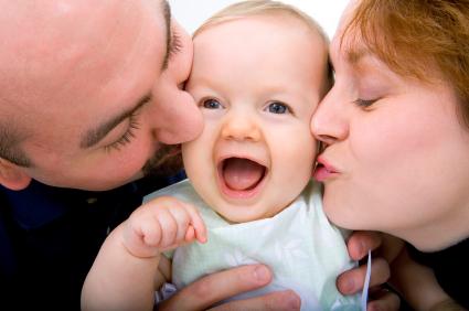 parents kissing kid